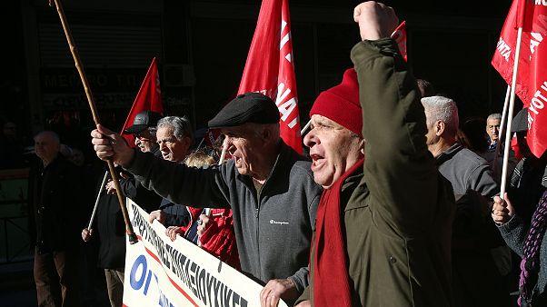 Συνταξιούχοι διαδηλώνουν κατευθυνόμενοι προς το υπουργείο Εργασίας από το Συμβούλιο της Επικρατείας