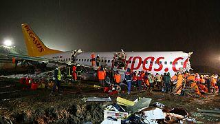 هواپیمای مسافربری پگاسوس در فرودگاه صبیحه گوکچن استانبول چند تکه شد