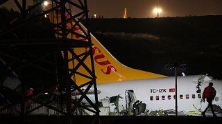 Sabiha Gökçen Uluslararası Havalimanı'na iniş yapan bir uçak pistten çıktı.