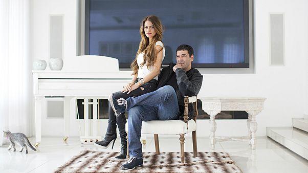 المتهم الرئيسي شيكلي وزوجته بمنزلهما في إسرائيل
