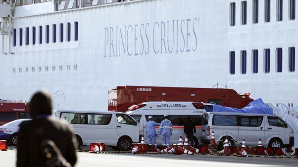 """К круизному лайнеру, пришвартованному к одному из грузовых терминалов порта Йокогамы, приблизиться могут лишь сотрудники """"скорой помощи"""""""