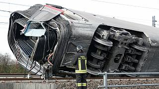 Várias carruagens do comboio capotaram na sequência do descarrilamento