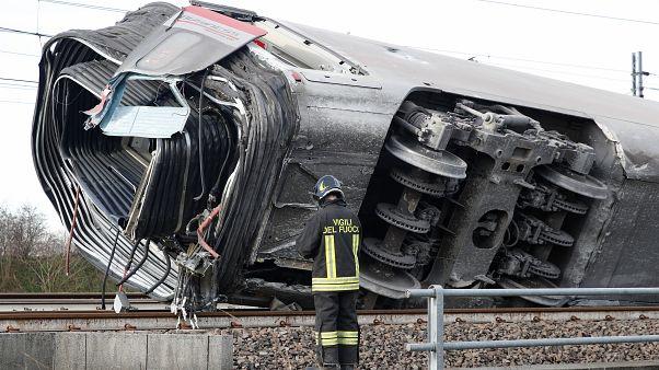 Dos muertos y 27 heridos al descarrilar un tren de alta velocidad en Italia
