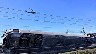 مروحية تابعة للشرطة الإيطالية تحلق فوق حطام قطار خرج عن سكته شمال البلاد. 06/02/2020