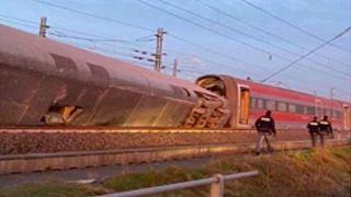 Itália: Comboio embate num edifício matando duas pessoas