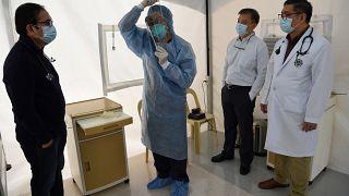 إجراءات الوقاية للعاملين في المجال الطبي في أحد مستشفيات العاصمة الفلبينية مانيلا 31 يناير 2020