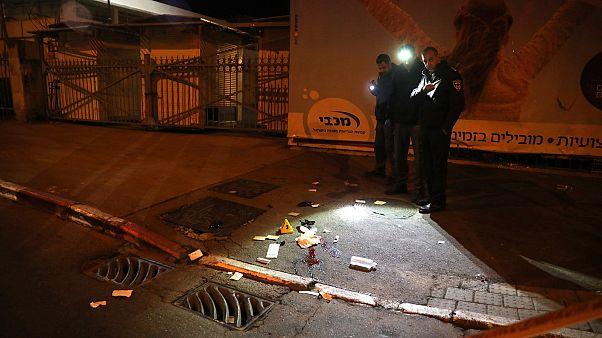 Izraeli rendőrök helyszínelnek a jeruzsálemi támadás után
