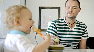 Finlandiya'da artık babalar da annelerle eşit paralı doğum iznine sahip