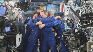شاهد: بعد أطول مهمة في الفضاء لامرأة .. رواد فضاء يعودون إلى الأرض