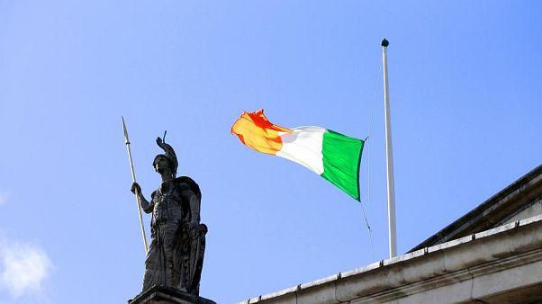 Az ír zászló lobog a központi posta épületén Dublinban