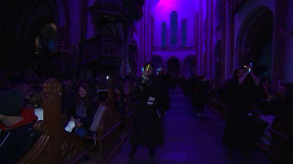 """شاهد: كاتدرائية دنماركية تسعى لجذب الشباب بإقامة """"قداس الديسكو"""""""