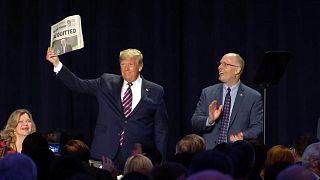 """ترامب يستفز خصومه مجدداً بالتلويح بـ""""براءته"""" أثناء مأدبة فطور في واشنطن"""