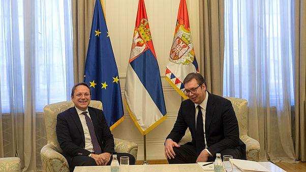 Várhelyi Olivér, bővítési biztos (b) és Aleksandar Vučić, szerb elnök (j) belgrádi megbeszélése