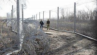 شرطي مجري وضابط في الجيش عند المنطقة الحدودية مع صربيا بالقرب من معبر روسكي