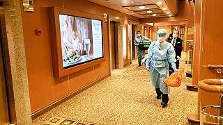 Bepillantás a koronavírus miatt karantén alá zárt szállodahajóra