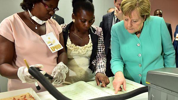 Merkel em Angola com negócios na bagagem