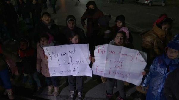 """Migrants à la frontière hongroise : """"S'il vous plaît, ouvrez, nous fuyons la guerre, pas la faim"""""""