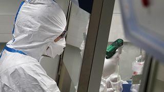 Δοκιμάζουν τα πάντα στην Κίνα για να βρουν θεραπεία για τον COVID-19
