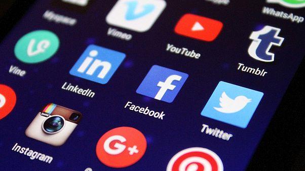"""""""فيسبوك"""" """"يوتيوب"""" و""""تويتر"""" يخوضون معركة ضد شركة ذكاء اصطناعي تعمل مع الشرطة"""