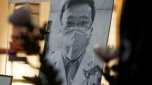 صورة للطبيب الصيني لي ونليانغ علقت بعيد وفاته في هونغ كونغ - 2020/02/07