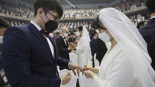 من مراسم الزفاف الجماعي الذي أقامته كنيسة التوحيد في كوريا الجنوبية 7 فبراير 2020