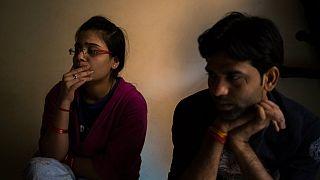 Aşk evliliği yapmak için ailelerinden kaçan Hindistanlı çift