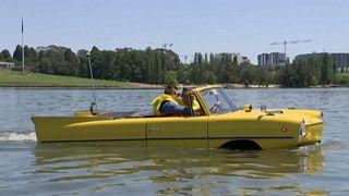 شاهد: سيارة برمائية كلاسيكية في بحيرة بيرلي غريفين الأسترالية
