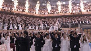 Güney Kore: Koronavirüs salgınına rağmen toplu nikaha binlerce çift katıldı