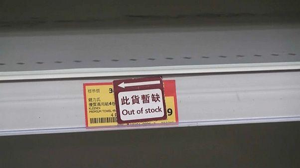متاجر هونغ كونغ خالية من الكثير من البضائع بسبب حركة تسوق نشطة مدفوعة بمخاوف من وباء كورونا 7 فبراير 2020