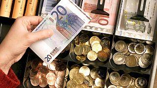 Nincs messze a 350-es euróárfolyam sem - elmagyarázzuk, miért