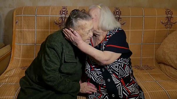 78 yıl sonra yeniden bir araya gelen iki Rus kız kardeş