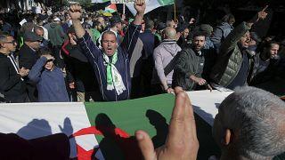خروج الناس إلى شوارع العاصمة الجزائر في مسيرات كل يوم جمعة للاحتجاج على الحكومة 31/01/2020