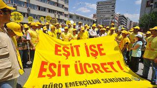 """Büro Emekçileri Sendikasına (BES) bağlı kamu çalışanları """"eşit işe eşit ücret"""" pankartlarıyla gösteri düzenledi"""