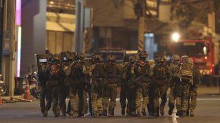 """مجموعة من القوات الخاصة أمام مجمع """"ترمينال 21"""" التجاري حيث وقع إطلاق النار"""