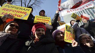 Milhares de polacos defendem nova lei para a Justiça na rua