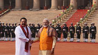 Hindistan Başbakanı Narendra Modi (sağda) ve Sri Lankalı mevkidaşı Mahinda Rajapaksa