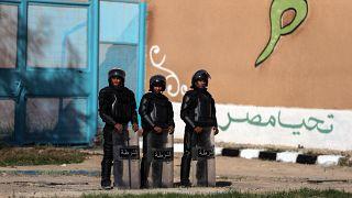 جنود مصريون يقفون أمام سجن برج العرب