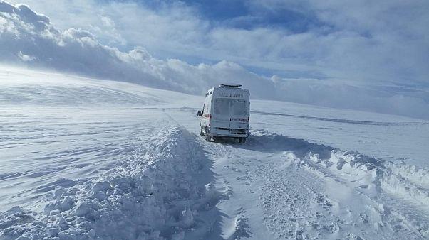 Van'da yoğun kar yağışı nedeniyle yollar kapandı