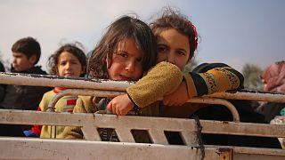 شاهد: نازحون في شمال غرب سوريا يبحثون عبثاً عن مأوى يقيهم البرد والمعاناة