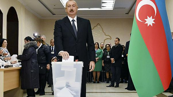 Партия Алиева получает большинство, оппозиция говорит о нарушениях