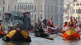 استعراض بالقوارب في مياه البندقية في إطار احياء مهرجان المدينة. 2020/02/09