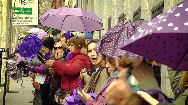 """""""Chaîne féministe"""" dans les rues de Madrid"""