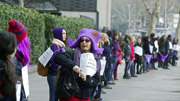 Lilaruhás nők Madridban