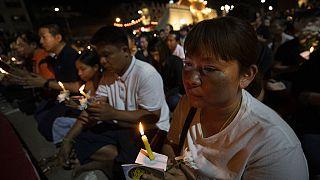 Virrasztás a thaiföldi vérengzés áldozatainak emlékére