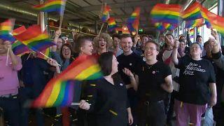 El colectivo LGTB celebra su victoria al ilegalizarse la discriminación sexual en Suiza