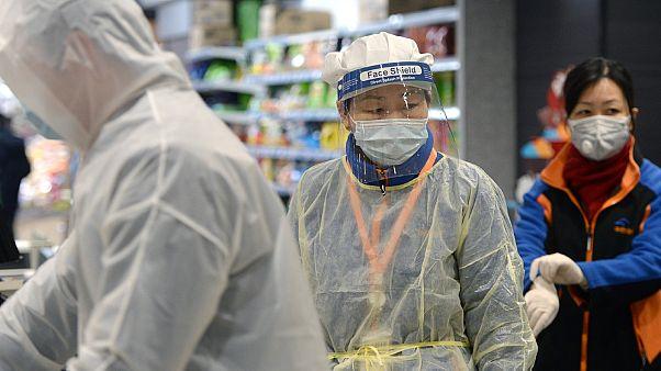 Employés et clients d'un supermarché de Wuhan, le 10 février 2020.