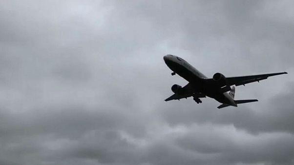 طائرة الخطوط البريطانية وهي تستعد للهبوط في مطار هيثرو أمام رياح قوية. 2020/02/09