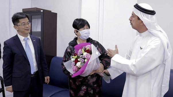 الصينية ليو يوجيا المتماثلة للشفاء، بجانب قنصل بلادها لي جوهانغ، ووزير الصحة الإماراتي د.حسن الرند.