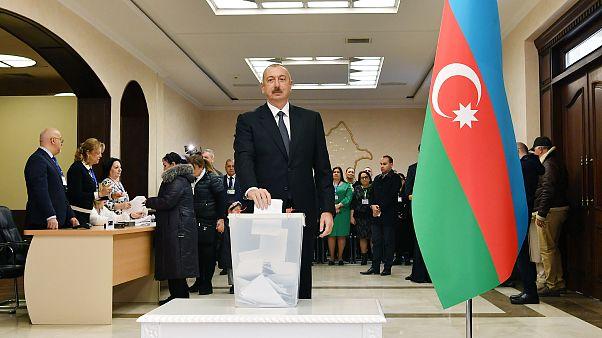 Azerbaycan'da erken seçimlerde resmi olmayan ilk sonuçlara göre Aliyev'in partisi YAP ilk sırada