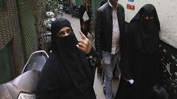 هنديتان مسلمتان منقبتان في في إحدى الأحياء القديمة من العاصمة نيودلهي. 2020/02/08